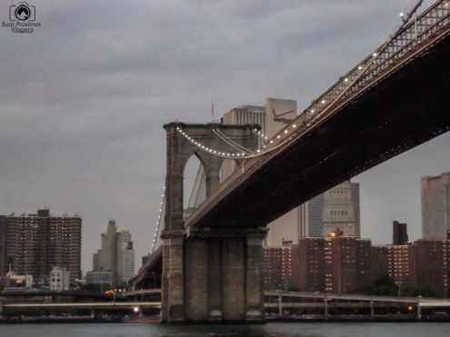 Visão desde base da Brooklyn Bridge em Nova York