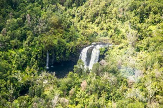 Vista de uma cachoeira no Havaí