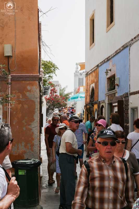 Turistas em Oia Santorini