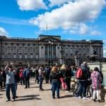 Aglormeração em frente ao Palácio de Buckingham em O que fazer em Londres