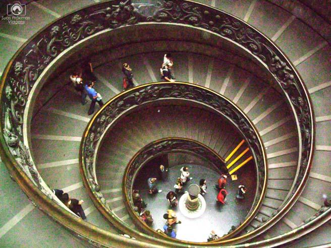 Escada dos Museus do Vaticano em o que fazer em Roma
