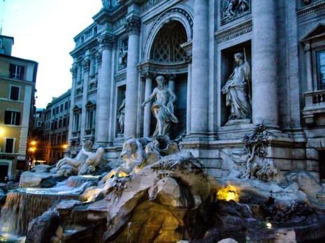 Fontana di Trevi ao Anoitecer em o que fazer em Roma