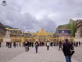 Entrada lotada de turistas do Palácio de Versalhes