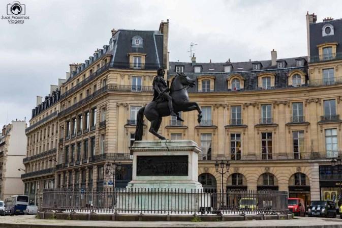 Esculturas espalhadas em o que fazer em Paris
