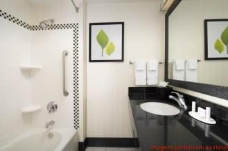Banheiro no Fairfield Inn & Suites em Onde Se Hospedar em Miami
