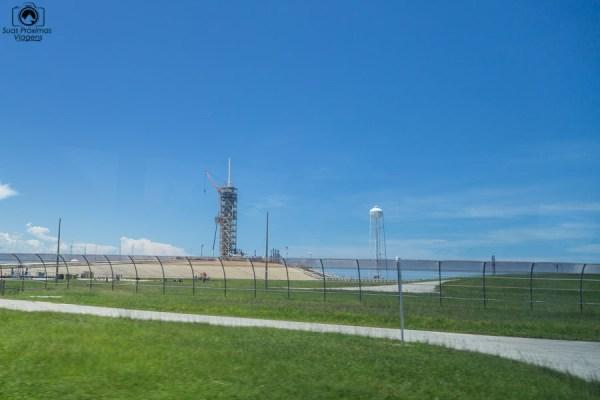 Cerca Curvada ao Redor das Plataformas no Kennedy Space Center