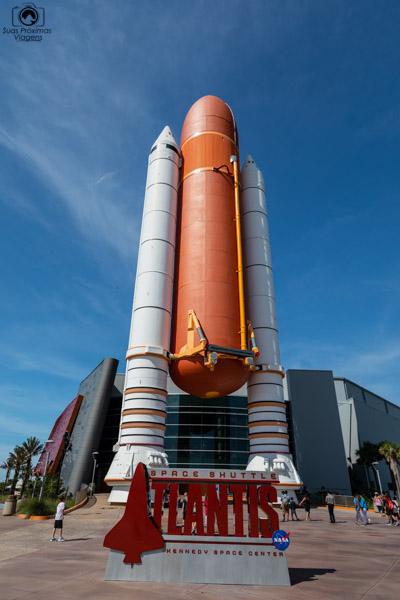 Tanque e Foguetes do Ônibus Espacial em frente ao Pavilhão da Atlantis no Kennedy Space Center