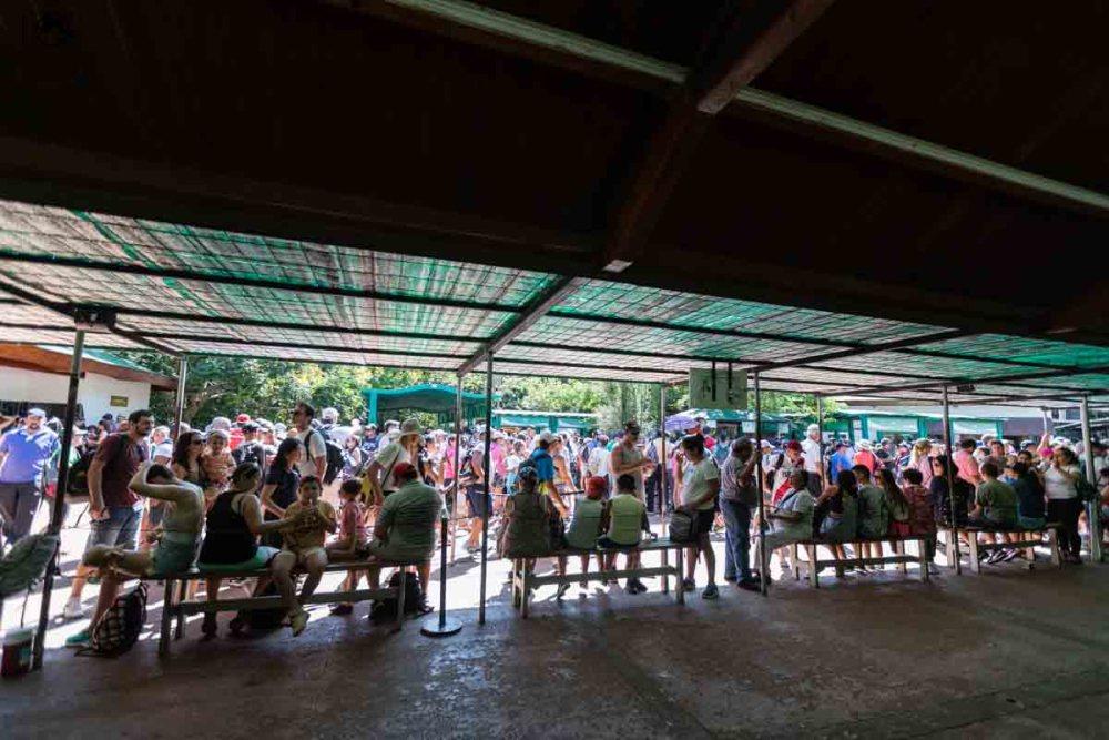 vista da Fila para pegar os trens para as atrações no parque nacional iguazu