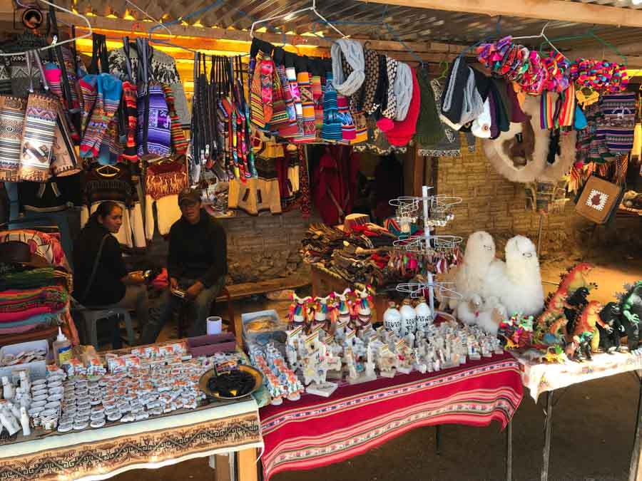 imagem de uma típica tenda de artesanato na feirinha na saída do salar de uyuni
