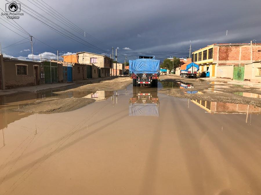Imagem de uma rua típica de Uyuni com enchentes devido às chuvas