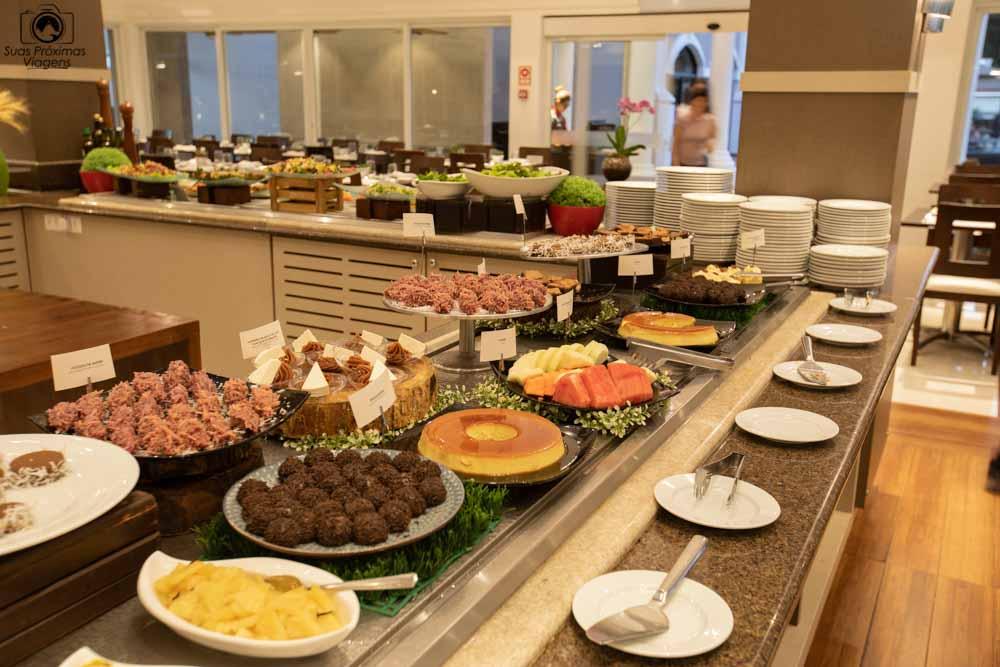 foto da bancada de sobremesas no almoço do wish foz do iguaçu