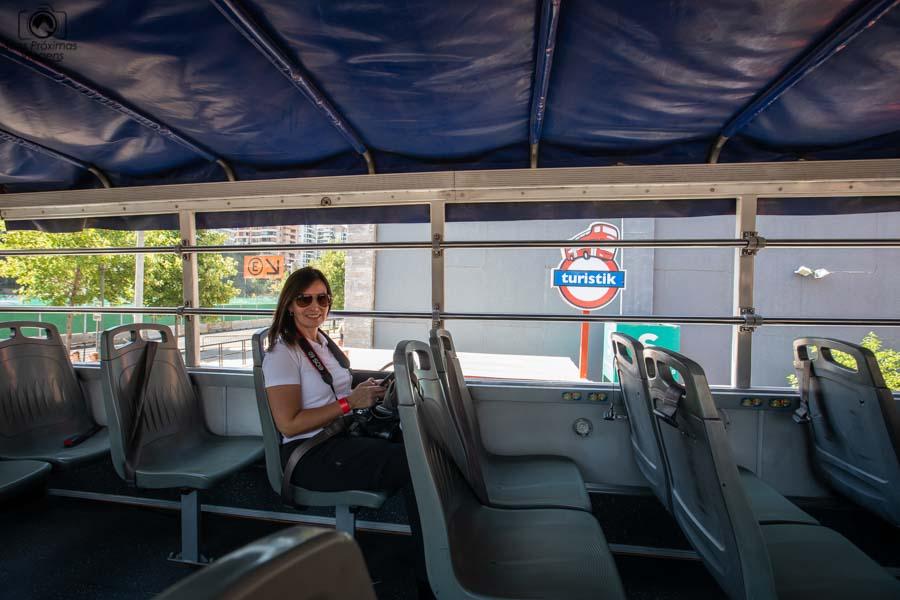 Imagem de dentre do um ônibus da Touristik em o que fazer em Santiago do Chile