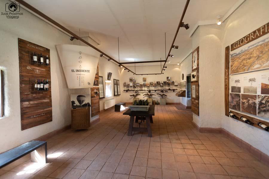 Imagem da exposição da história da viña Viu Manent em Valle de Colchagua