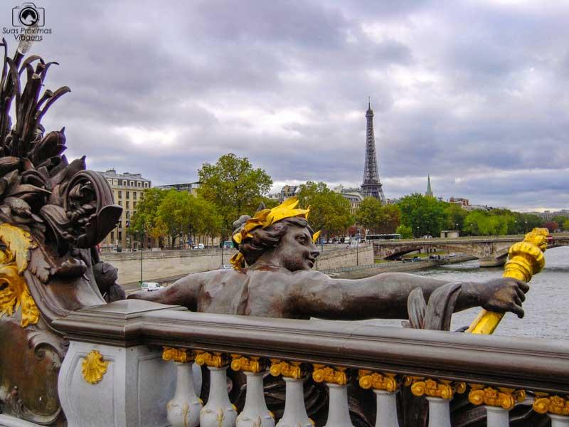 imagem da escultura na Pont Alexander III em o que fazer em Paris