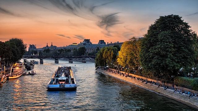 Imagem do barco no Sena em Pontos Turísticos de Paris