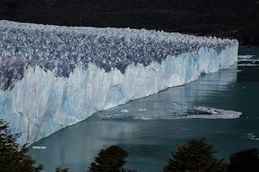 Imagem do gelo caído do Glaciar Perito Moreno se dispersando