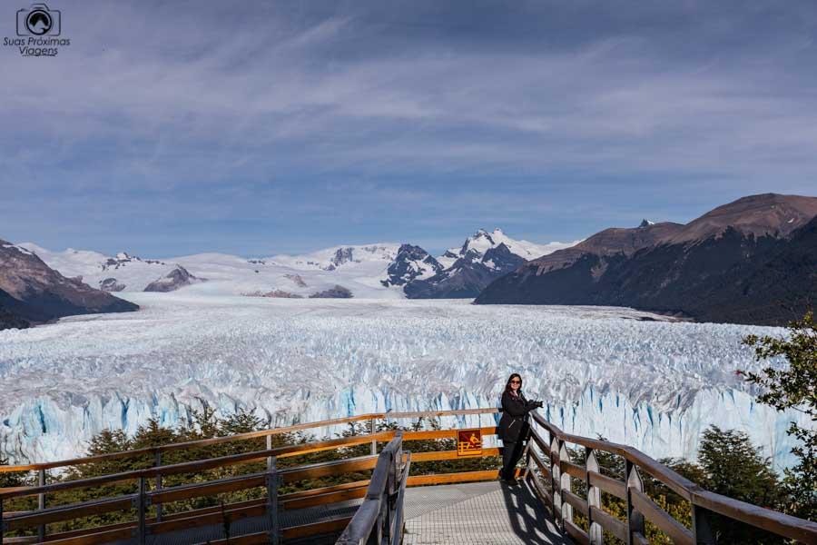 Imagem panorâmica do Glaciar Perito Moreno e as passarelas