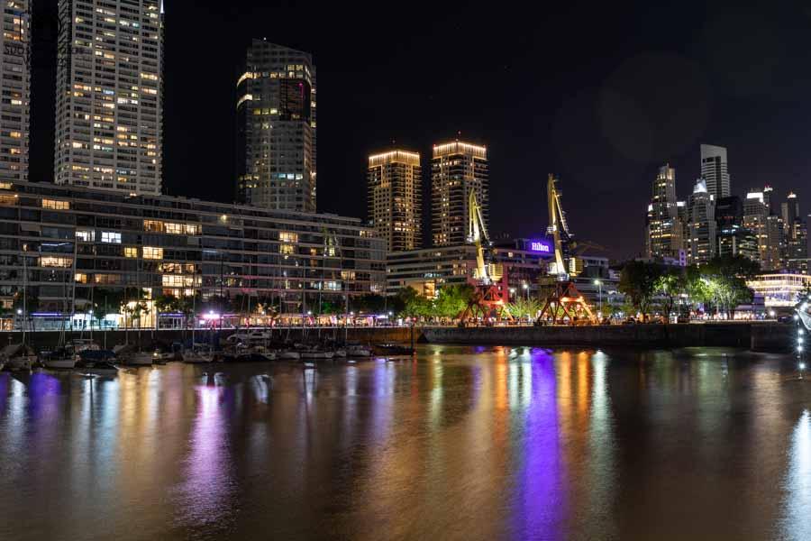 imagem de puerto madero em buenos aires à noite