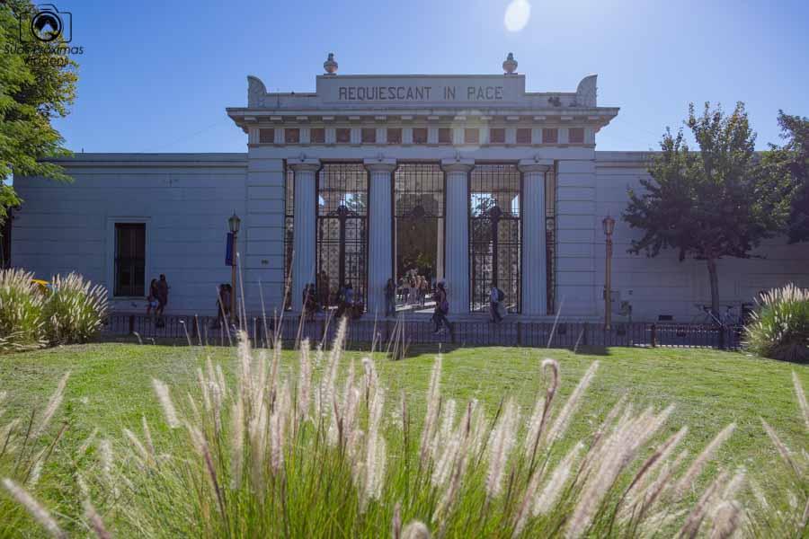 imagem da entrada do Cemitério da Recoleta em Buenos Aires