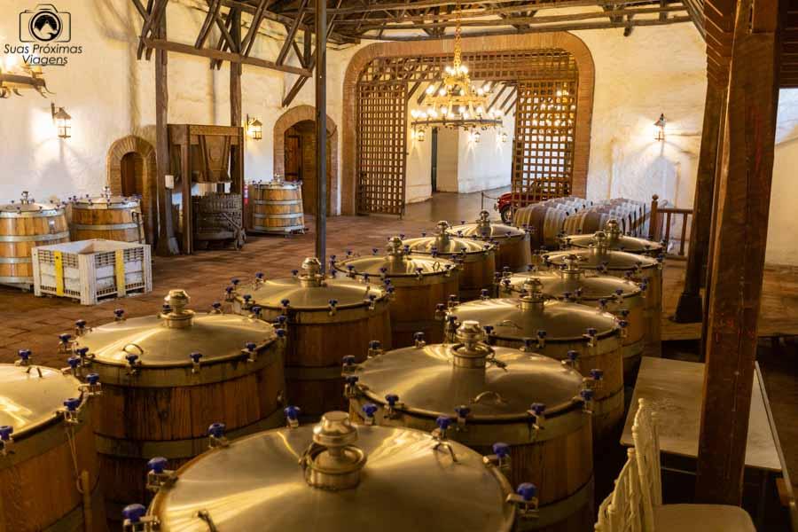 imagem dos barris de armazenamento dos vinhos Casa Silva