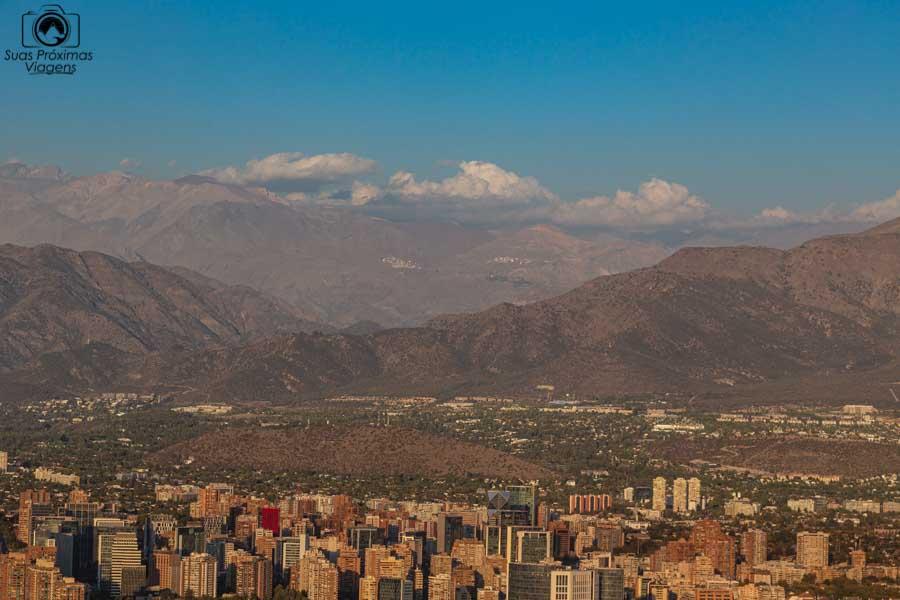 Imagem da Cordilheira dos Andes vista do Sky Costanera em Santiago do Chile