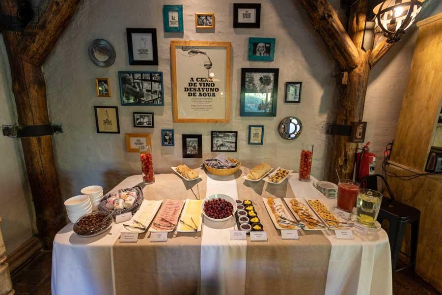 imagem do buffet do café da manhã no hotel casa de campo