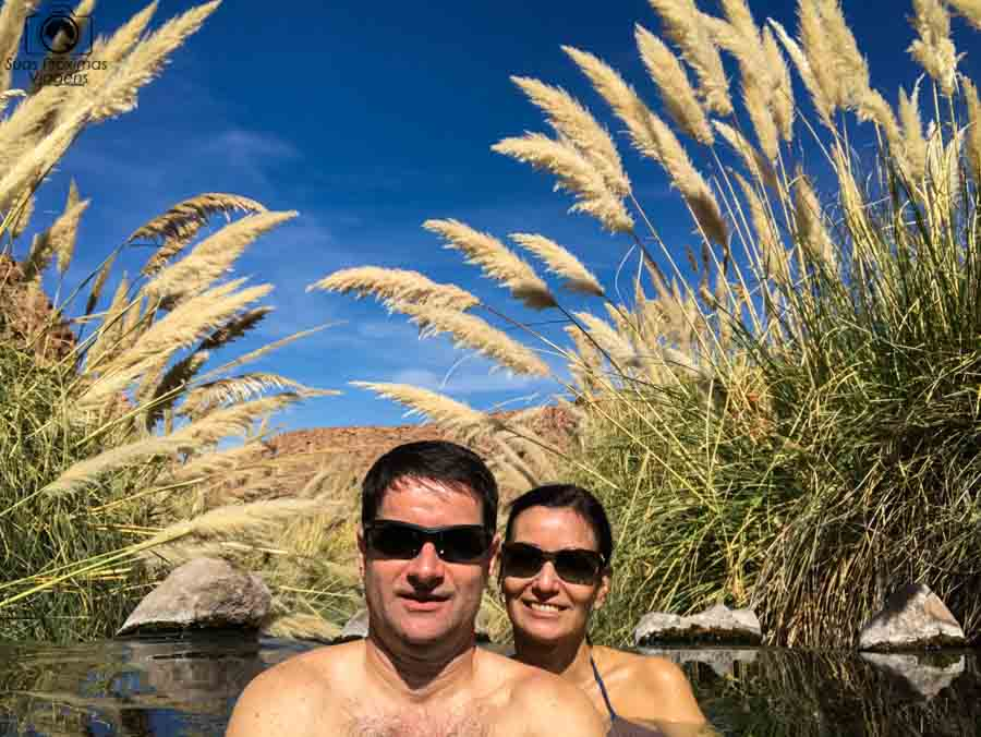 imagem do casal nas termas de puritama no deserto do atacama