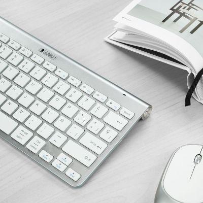 Teclado Pure Blanco en escritorio
