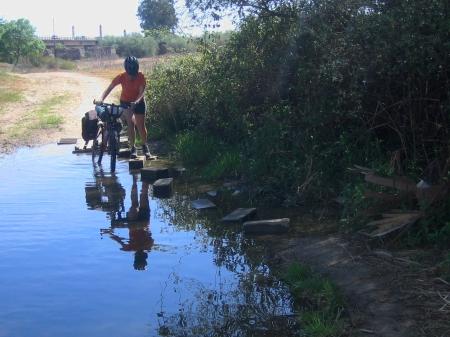 Sandra cruzando un ramal del Alberche