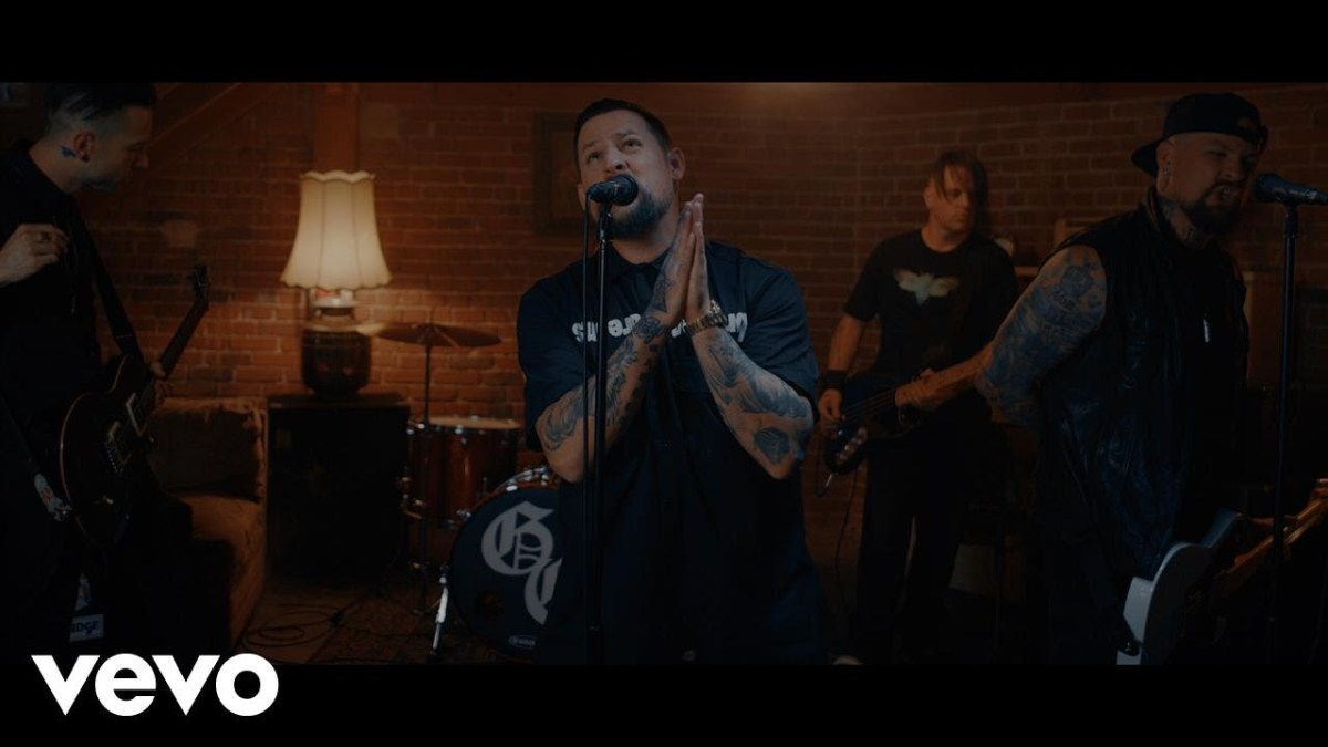 "Good Charlotte play a basement in ""War"" video"