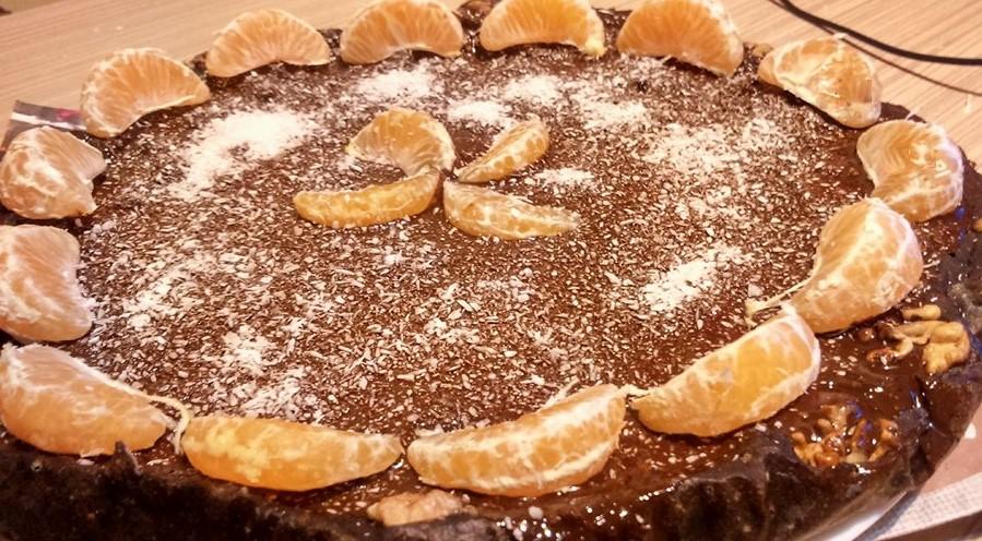 Tort din smoothie cu ciocolată neagră și fulgi de cocos