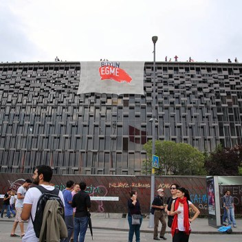 7.-Todo-empezò-un-18-de-Mayo-Palza-Taksim-Estambul