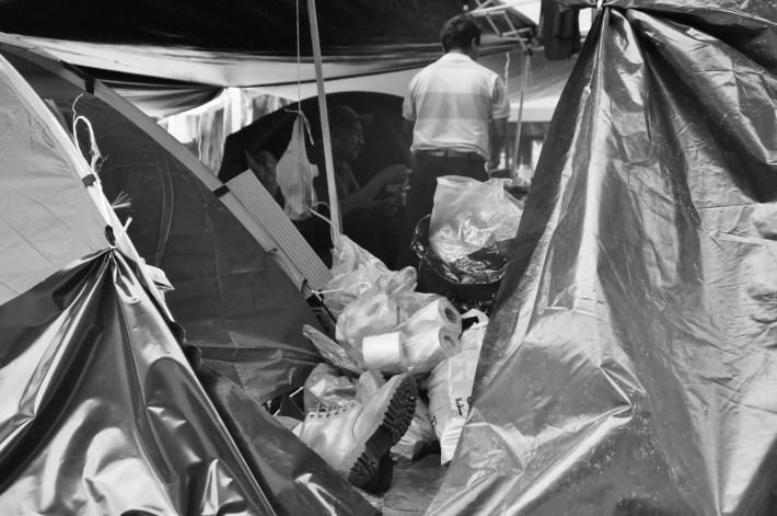 La cotidianeidad entre marchas y plantón hace que día a día maestros y maestras de la CNTE compartan su vida en espacios muy cercanos o reducidos. Fotografía: Martina Oliveiro
