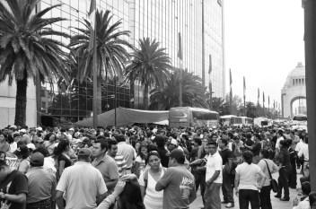 Los maestros se acomodan sobre avenida de la República minutos antes de comenzar su marcha rumbo a SEGOB. Fotografía: Martina Oliveiro