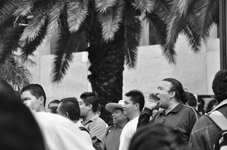 Un profesor de la CNTE lanza consignas en contra de Peña Nieto. Fotografía: Martina Oliveiro