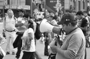 Profesores de la CNTE lanzan consignas. Fotografía: Martina Oliveiro