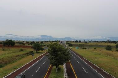La autopista del sol cruzando campo Xolistlan