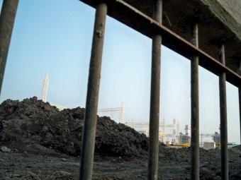 De paisaje rural a quimera industrial. El paisaje rural del pueblo de Huexca se confunde ahora con chimeneas industriales, tuberías y torres eléctricas.