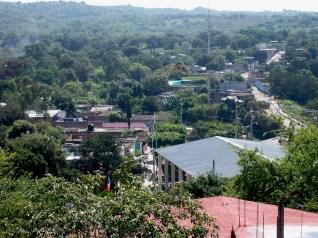 Verde se ve mejor. La vegetación en el pueblo de Huexca contrasta con las construcciones de la termoeléctrica y la tierra yerma de sus alrededores.