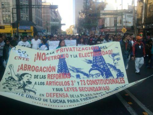 Marcha CNTE contra reformas neoliberales de gobierno peñista.