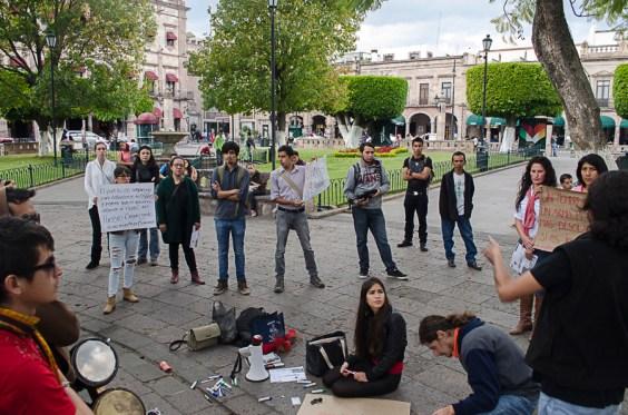 Jóvenes se manifiestan contra la violencia en Michoacán