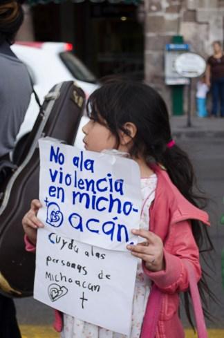 Niña participa en manifestación contra violencia en Michoacán