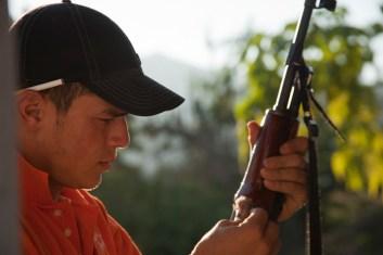 """Una de las primeras actividades matutinas, cuando el tiempo lo permite, es la limpieza de """"la herramienta"""", nombre con el que muchos se refieren a sus armas."""
