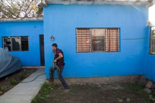 Al tomar control de un poblado, los comunitarios catean casas que han sido señaladas como puntos de venta droga, casas de seguridad o casas donde habitan u operan Los Caballeros Templarios.