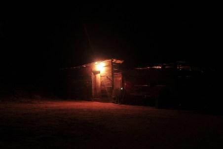 La noche llega mientras se escuchan unos corridos zapatistas.