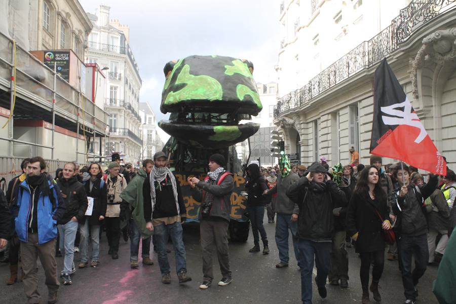 Ante el bloqueo policiaco, los manifestantes tomaron rutas alternativas