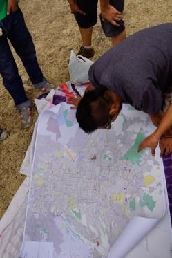 El colectivo Jóvenes ante la Emergencia Nacional (JEN) analiza la situación con ayuda de mapas