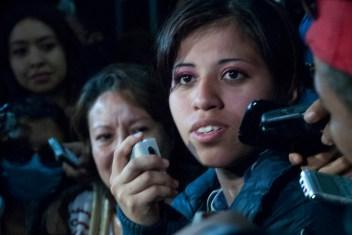 """Yakiri intenta decir unas palabras, pero es difícil entre los empujones. Por lo que es rodeada de las activistas -que intentan protegerla de la prensa-, y quiénes han estado a la espera cantando una y otra vez """"Yakiri valiente, te defendiste contra el machismo y la violación"""". Foto: Karla H. Mares"""