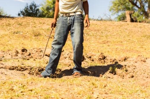 """""""La gente suele escarbar buscando agua; antes eran centímetros ahora son metros y cada vez se encuentra menos"""". Fotografía: Aldo Santiago"""