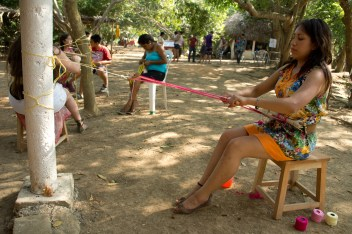 Joven de Toluca aprende técnicas tradicionales de tejido